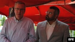 """El exgobernador de la Florida Jeb Bush y Zeus Rodríguez, presidente de """"Hispanics for School Choice"""" hablan a la prensa hoy, domingo 26 de abril de 2015, en Miami (EE.UU.)."""