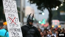 Manifestantes protestan en la céntrica calle Rio Branco en Río de Janeiro (Brasil).