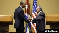 El expresidente de EEUU, Barack Obama, y el gobernante cubano Raúl Castro se dieron la mano hace un año en La Habana.
