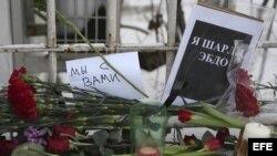 """Flores y velas en memoria de las víctimas del atentado contra la publicación francesa """"Charly Hebdo"""" depositadas ante la Embajada de Francia en Moscú, 8 de enero de 2015."""