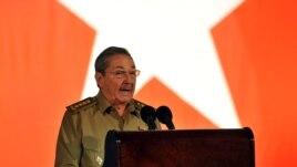 El mandatario cubano, Raúl Castro, pronuncia un discurso durante el acto celebrado para conmemorar el 50 aniversario del triunfo de la revolución cubana.