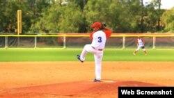 El pitcher cubano se impulsa, lanza...