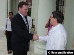 John Baird, ministro de Asuntos Exteriores de Canadá, y Bruno Rodríguez (der.), canciller cubano.
