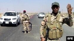 Soldados del Ejército iraquí vigilan en un puesto de control de una carretera entre Tuz Khurmatu y Tikrit en el norte de Bagdad, Irak.