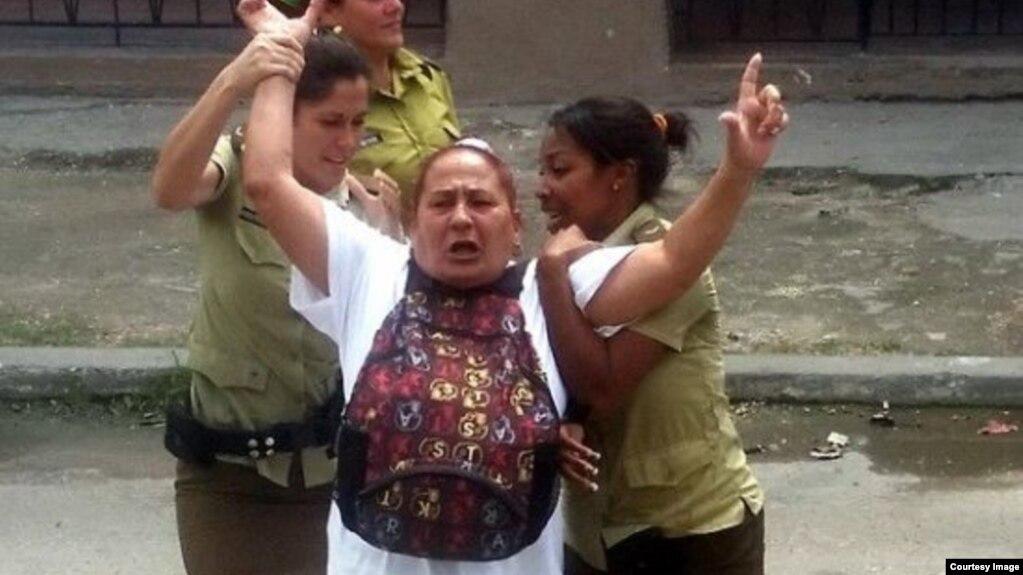 Dama de Blanco Yolanda Santana Ayala, en una detención anterior a julio de 2018, frente a la Sede Nacional de las Damas de Blanco, en Lawton, La Habana. Cortesía de Angel Moya Acosta.