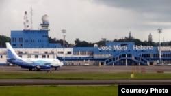 Un vuelo chárter aterriza en el Aeropuerto Internacional José Martí de La Habana.