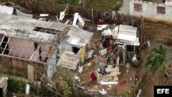 ARCHIVO. Vista aérea que muestra familias en labores de recuperación después del paso del huracán Ike sobre Pinar del Río.