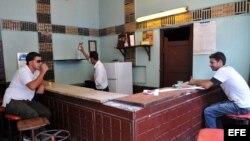 Dos hombres beben en un pequeño bar estatal en La Habana (Cuba).