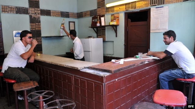 Dos hombres beben en un pequeño bar estatal en La Habana (Cuba)