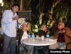 De izq. a der., Joaquín Gálvez, José Triana, Magali Alabau y José Prats Sariol, en Miami, 2012.