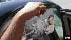 Elías Jaua muestra desde un auto hoy, domingo 21 de octubre de 2012, en La Habana, una foto tomada ayer en compañía de Fidel Castro.