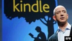 El fundador y consejero delegado de la tienda por internet Amazon, Jeff Bezos, con la nueva tableta electrónica Kindle Fire