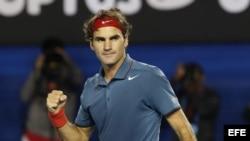 El suizo Roger Federer celebra su victoria tras su partido del Abierto de Australia disputado este lunes contra el francés Jo-Wilfried Tsonga, en Melbourne.