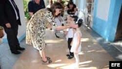 La princesa Carolina de Mónaco saluda a un grupo de niños a su llegada al Ballet Nacional de Cuba. EFE