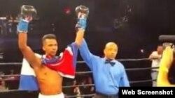 El árbitro declara ganador al cubano Leduán Barthelemy.