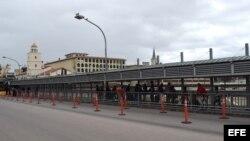 Cubanos hacen fila en la puerta de entrada a Estados Unidos en Nuevo Laredo. (Archivo)