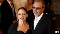 La cantante estadounidense de origen cubano Gloria Estefan (i) y su esposo, el productor musical Emilio Estefan.