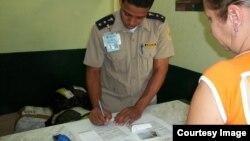 Oficial de Aduana en Cuba revisan equipajes