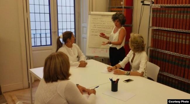 La Dama de Blanco Denia Fernández en un taller en el Observatorio Cubano de Derechos Humanos, Madrid. Cortesía JMB.