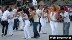 Jóvenes bailan una rueda de casino en La Habana, un baile popular en Cuba desde la década de 1950.