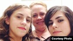 1800 Online con Surelis Martínez y sus hijas María y Susana