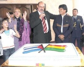 El embajador de Cuba en Bolivia, Rafael Dausá (c), y su esposa (i), celebran con el presidente Evo Morales.