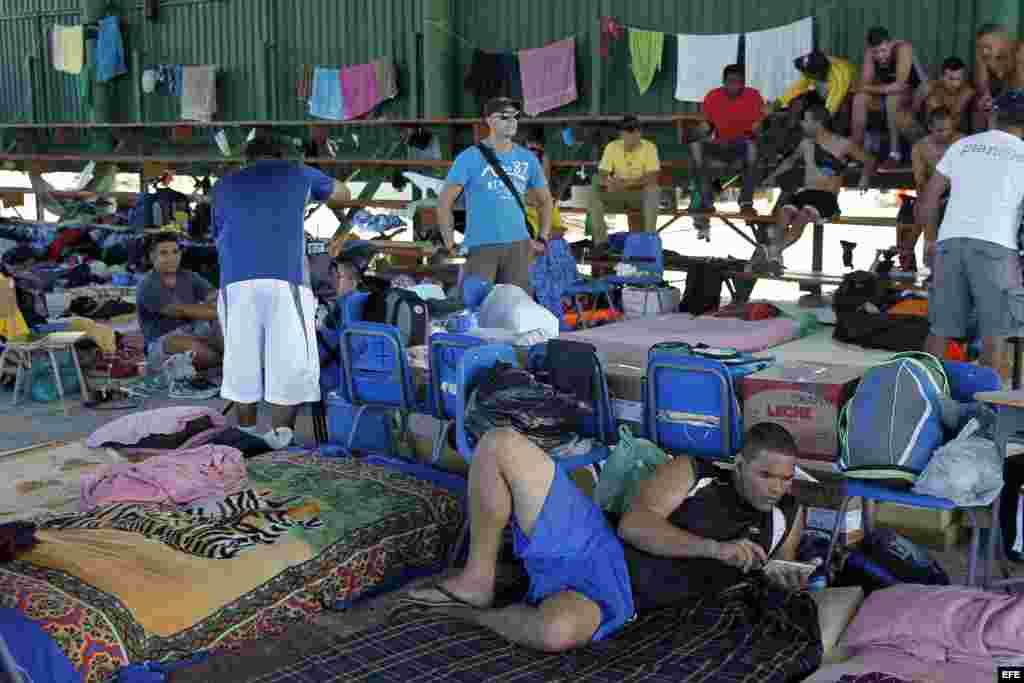 Cubanos realizan actividades cotidianas en los albergues ubicados en el pueblo de La Cruz, Guanacaste, Costa Rica. EFE