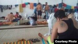 Grupo de cubanos en un albergue temporal en Turbo, Colombia.
