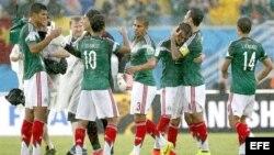 México celebra su victoria sobre Camerún en el Mundial de Brasil 2014.