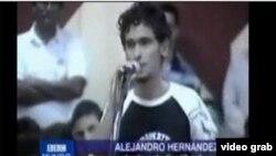 Rafael Alejandro Hernández interpela en la UCI al ex presidente del Parlamento cubano, Ricardo Alarcón, en 2008.