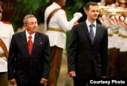 Raúl Castro recibe a Bashir al Assad en el aeropuerto de La Habana en junio de 2010.