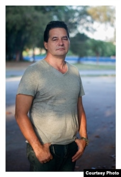 El escritor Ángel Santiesteban, retratado por Claudio Fuentes.