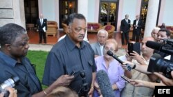 El reverendo estadounidense Jesse Jackson (c) habla con la prensa hoy, viernes 28 de septiembre del 2013, en La Habana, Cuba
