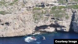 Cubanos resctados del fondode una cueva en un acantilado a 150 pies justo por encima del nivel del mar.