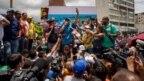 Miles de venezolanos exigen en las calles referendo revocatorio