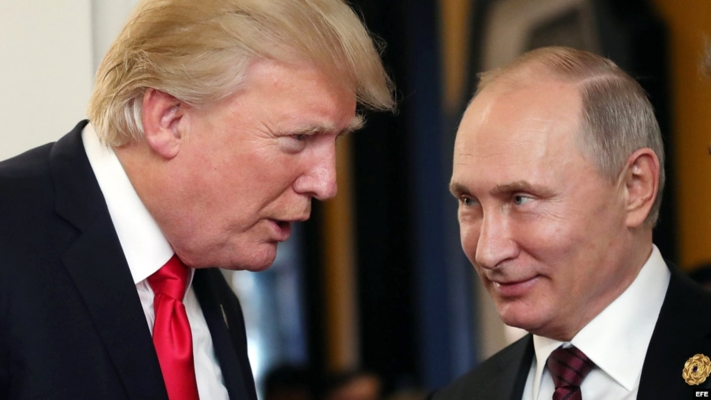 Vladimir Putin y Donald J. Trump conversan en la Cumbre de la APEC en Vietnam. (Archivo)