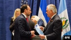 Secretario de Relaciones Exteriores de México, Luis Videgaray (i), mientras conversa con el secretario de Estado, Rex Tillerson (d), durante un receso en la cumbre económica y de seguridad sobre Centroamérica
