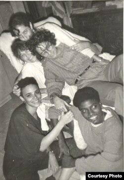 La profesora Coco Fusco con los artistas cubanos Zaida del Río, Consuelo Castañeda, Magdalena Campos y Silvia Gruner en La Habana en 1989.