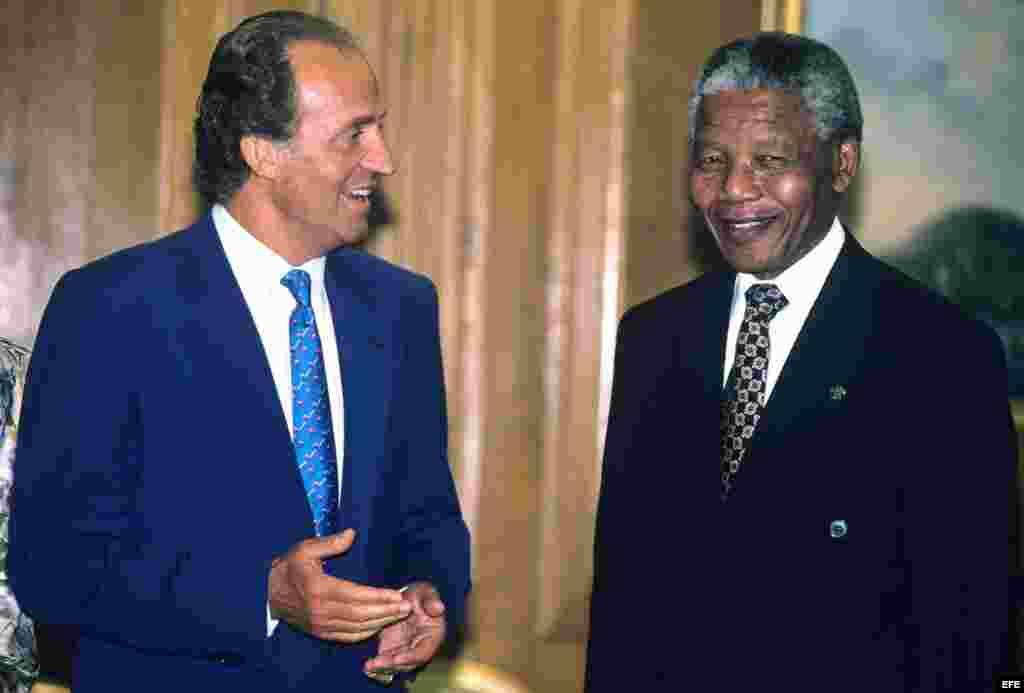 El Rey Juan Carlos junto al ex presidente de Sudáfrica, Nelson Mandela, durante la visita del mandatario a España. El abogado y político sudafricano ha fallecido a los 95 años, según informó hoy la Presidencia de Sudáfrica. Foto de archivo del 23 de Julio de 1991, deEFE / J.Cuadrado