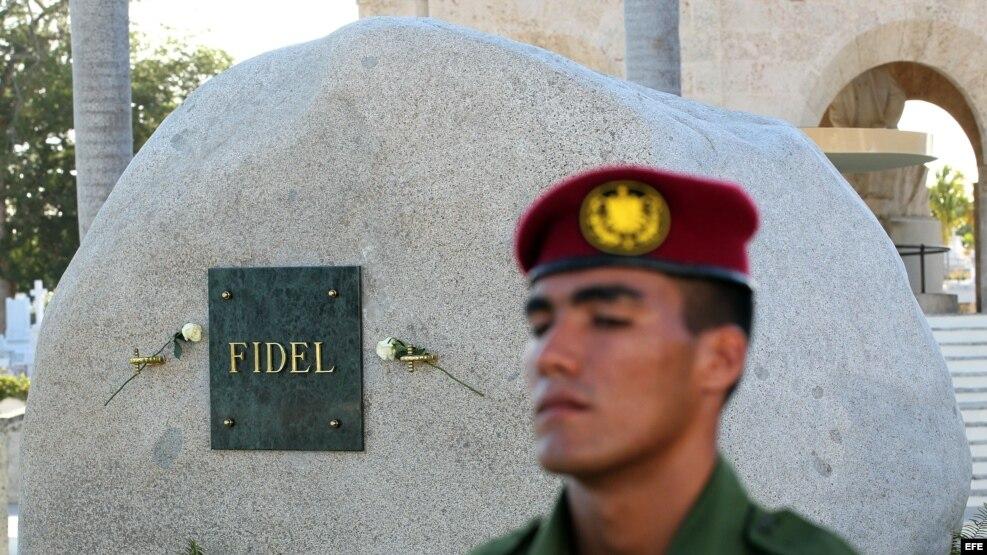 Un militar custodia la tumba de Fidel Castro en el cementerio Santa Ifigenia, en Santiago de Cuba.