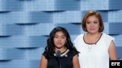 Karla Ortiz (i), ciudadana estadounidense y su madre, Francisca Ortiz (d) quien es indocumentada, hablan durante la primera jornada de la Convención Nacional Demócrata 2016 hoy, 25 de julio de 2016, en el Wells Fargo Center de Filadelfia, Pensilvania. EFE