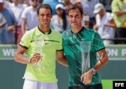 (i-e) Nadal y Federer tras el partido ganado por el suizo en el Miami Open 2017.