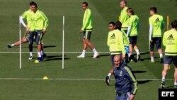 El técnico del Real Madrid, Zinedine Zidane, durante el entrenamiento del equipo en la Ciudad Deportiva.