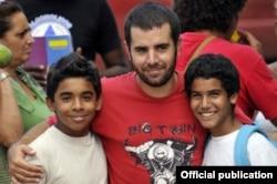 El director Ian Padrón posa con los protagonistas de su filme Habanastation.