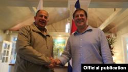 Los presidentes de Panamá, Juan Carlos Varela (der.) y de Costa Rica, Luis Guillermo Solís (izq.) desarrollarán este viernes una mesa de trabajo para fortalecer la cooperación binacional en materia de seguridad y migración.