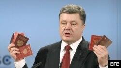 Petro Poroschenko muestra pasaportes de los soldados rusos.