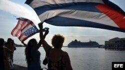 """Un grupo de personas da la bienvenida al buque """"Adonia"""", de la compañía Fathom, filial de la empresa Carnival."""