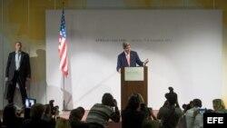 El secretario de Estado de EE.UU., John Kerry, durante una conferencia de prensa en el CICG, en Ginebra, Suiza, tras la clausura del cuarto día de las conversaciones nucleares a puerta cerrada.