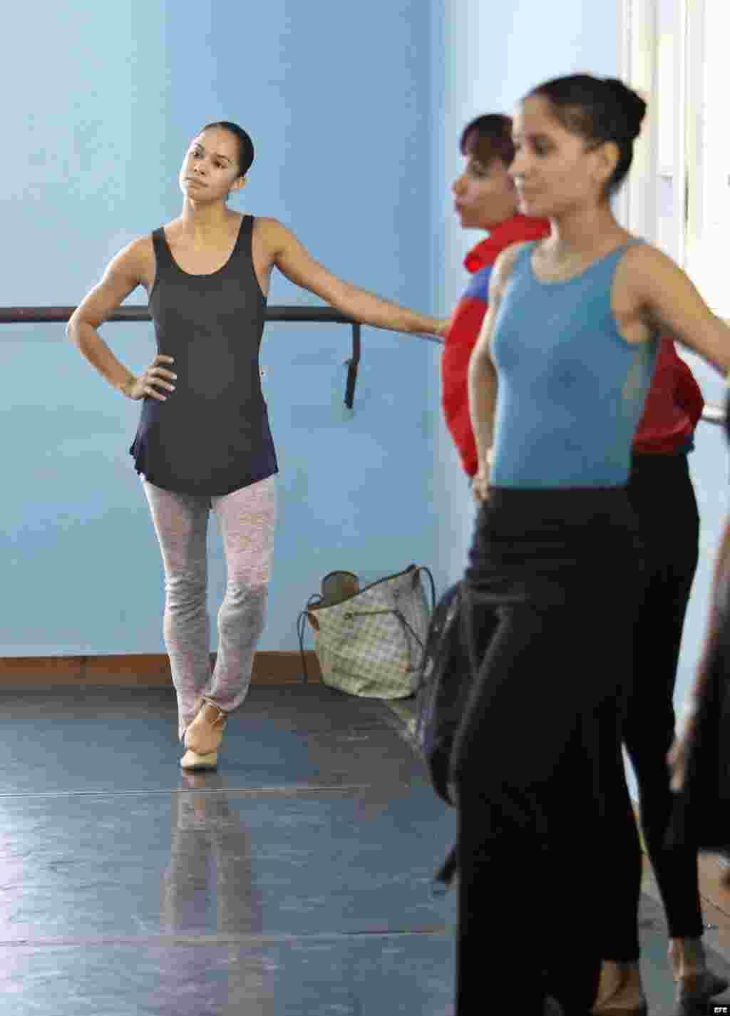 Misty Danielle Copeland (d), primera bailarina afroamericana del American Ballet Theatre, observa un ensayo durante su visita a la sede del Ballet Nacional de Cuba hoy, martes 15 de noviembre del 2016, en La Habana (Cuba). Misty Danielle Copeland visita