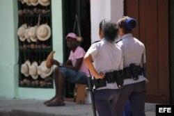 Dos mujeres policías patrullan una calle de La Habana Vieja.